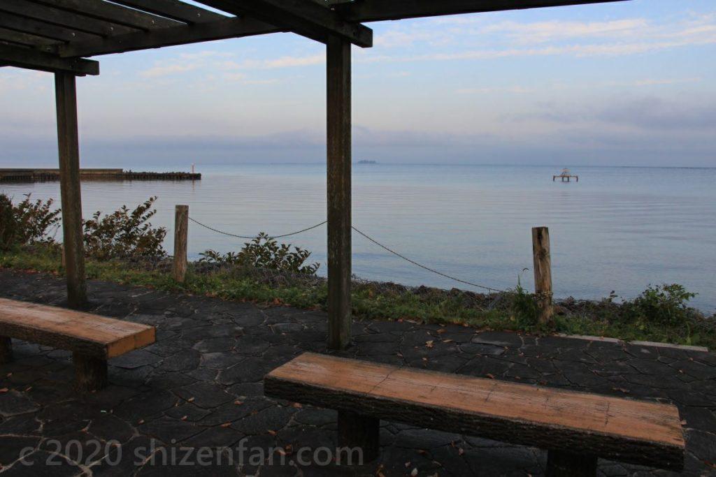 朝の琵琶湖岸の東屋