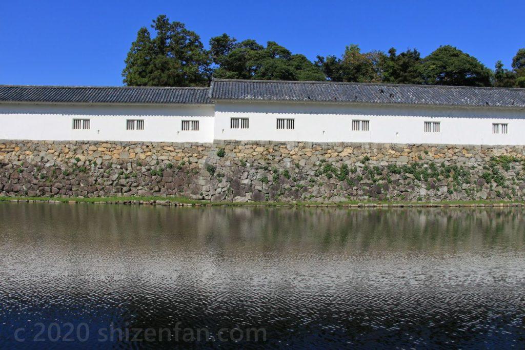 彦根城のお堀沿いの塀