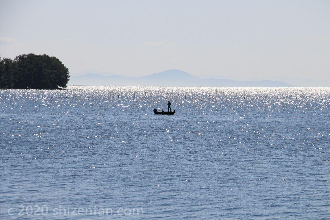 奥琵琶湖の輝く湖面に浮かぶ釣り船と釣り人