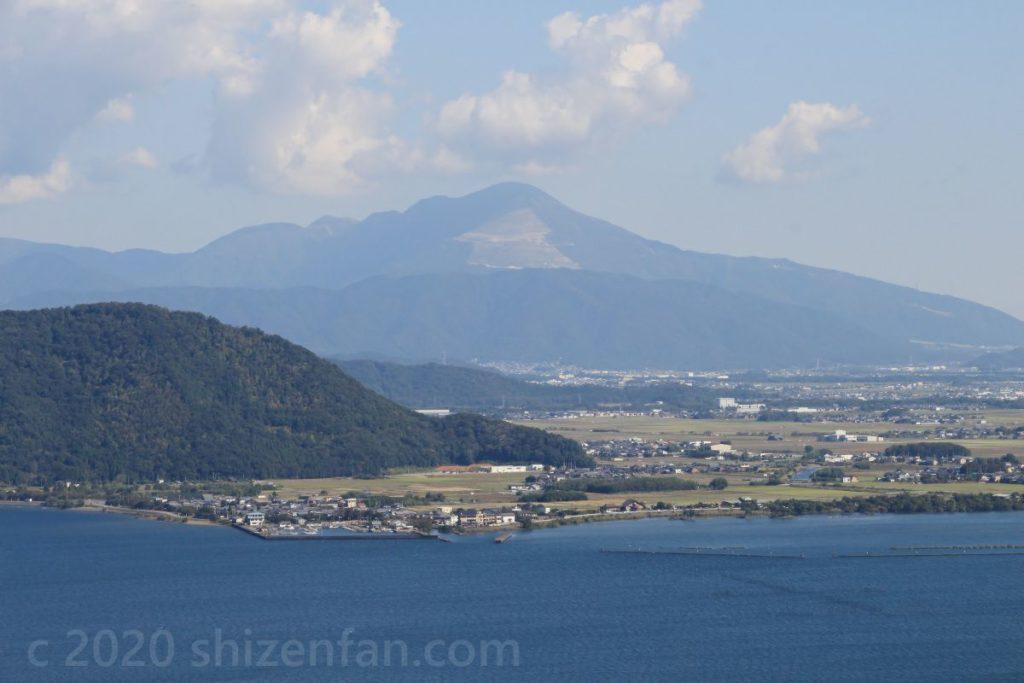 つづら尾崎展望台から望む琵琶湖北部東岸と伊吹山