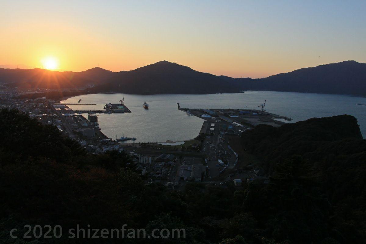 敦賀市手筒山展望台から望む敦賀湾と夕日