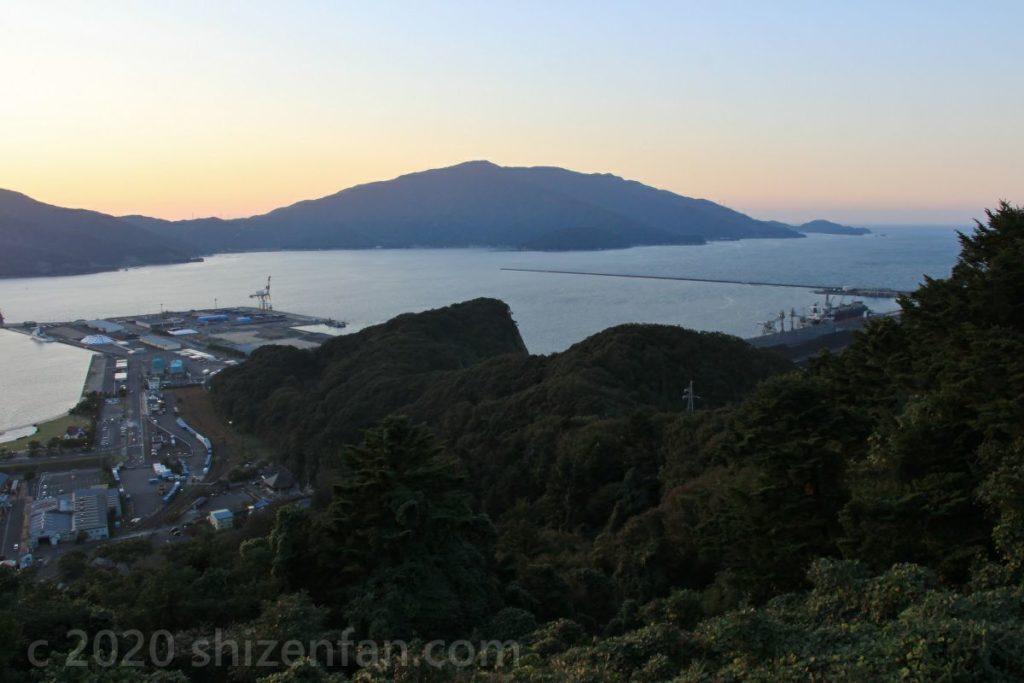 敦賀市手筒山展望台からの敦賀半島側の眺望(夕暮れどき)