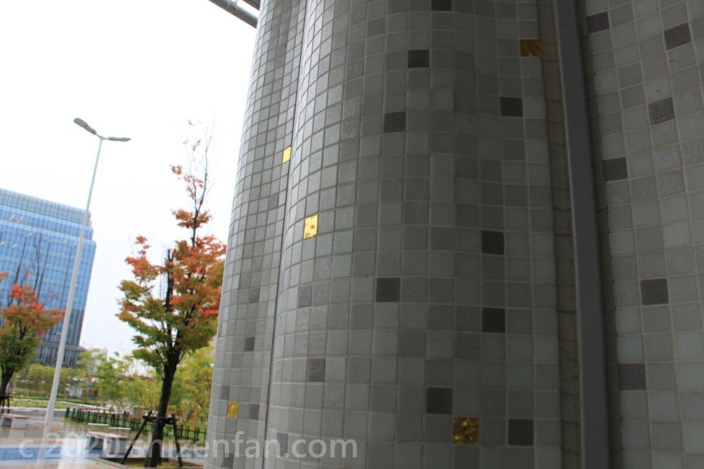 金沢駅・西口の柱