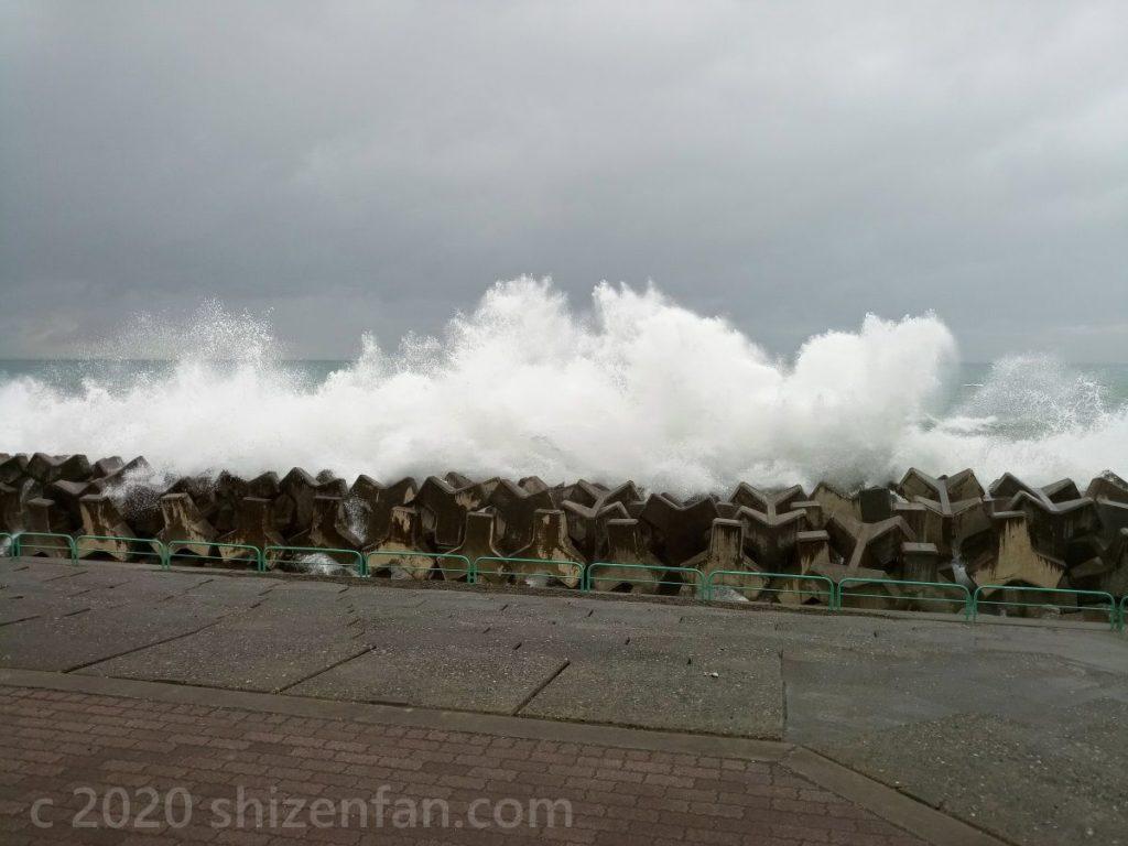 糸魚川ヒスイ海岸のテトラポットと大きな白波