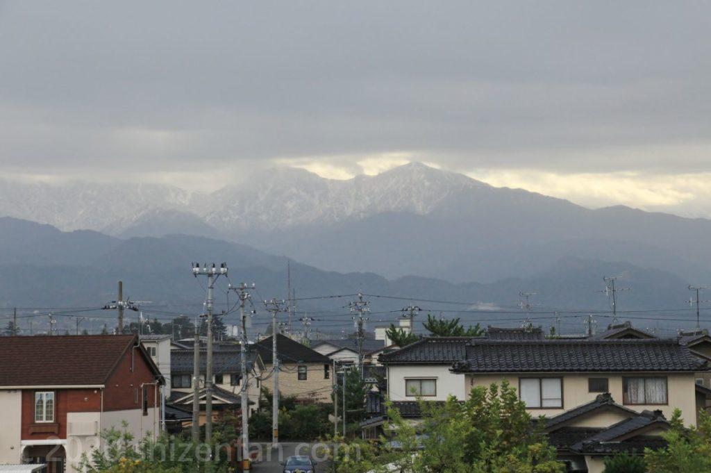 道の駅ウェーブパークなめりかわ展望台から見える立山連峰(曇り・雪山)