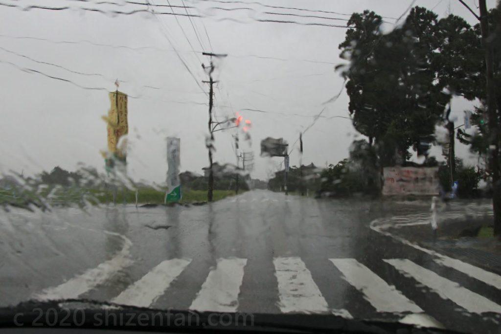 信号待ち中の車内より、大雨に打たれるフロントガラス