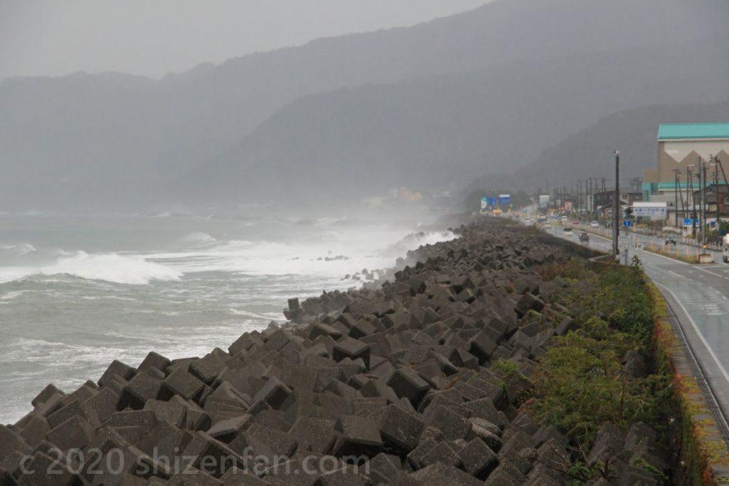糸魚川市の姫川河口周辺の海岸線(雨天時)
