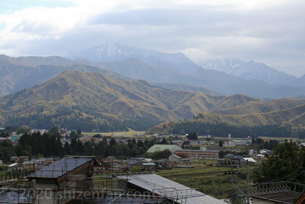 魚沼・小出公園から見る秋の山々(バックグラウンドに雪山)