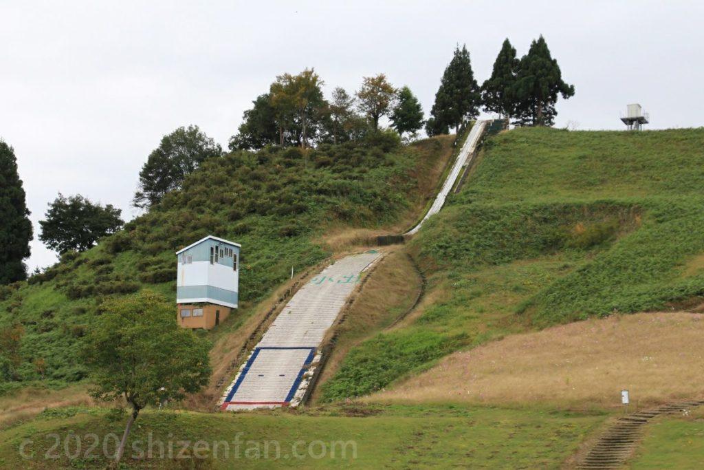 夏の小出スキー場のジャンプ台