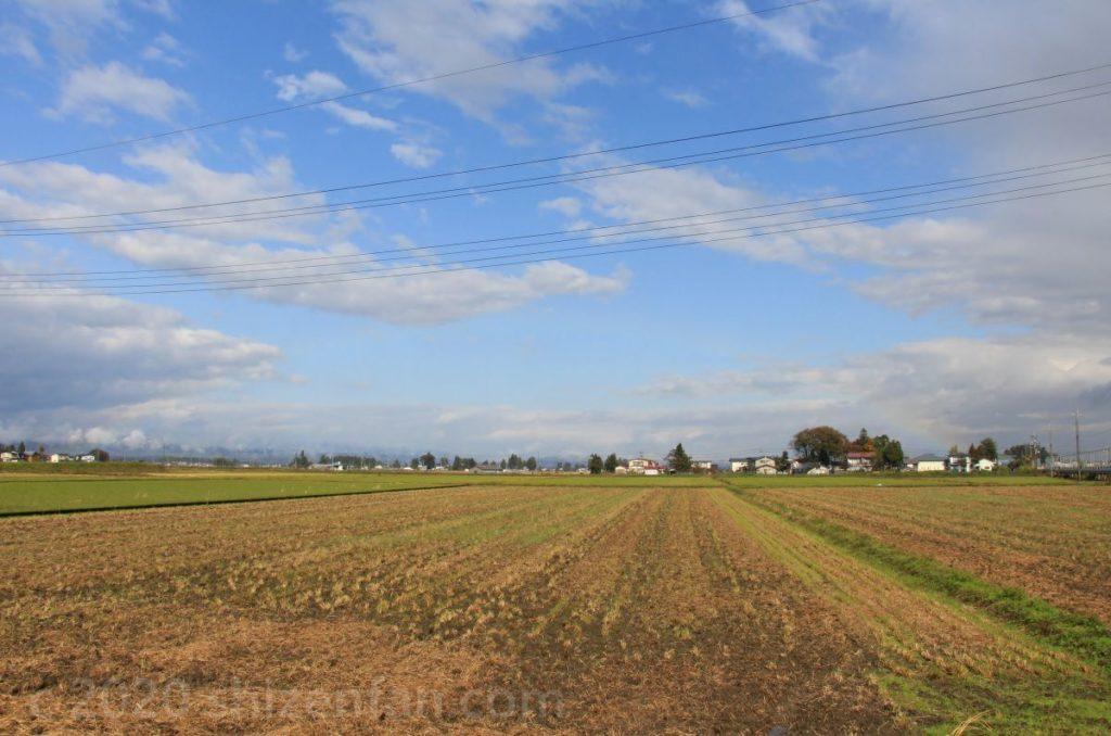 稲刈り後の広大な田んぼ(秋田県横手市)