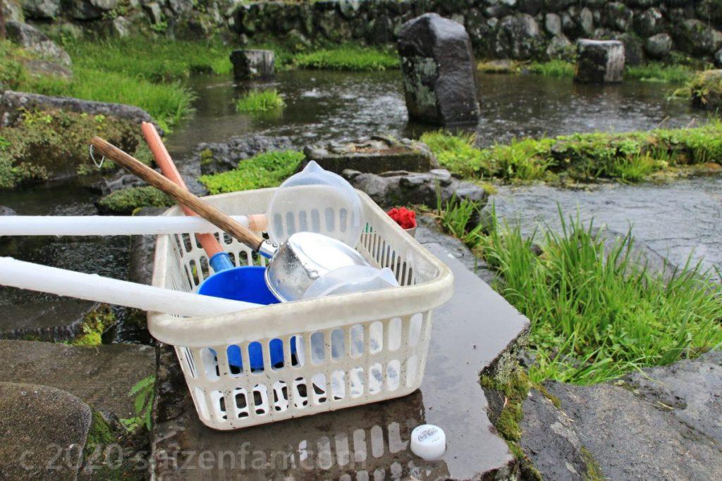 泉水湧水(竹田湧水群)白いカゴに入った柄杓