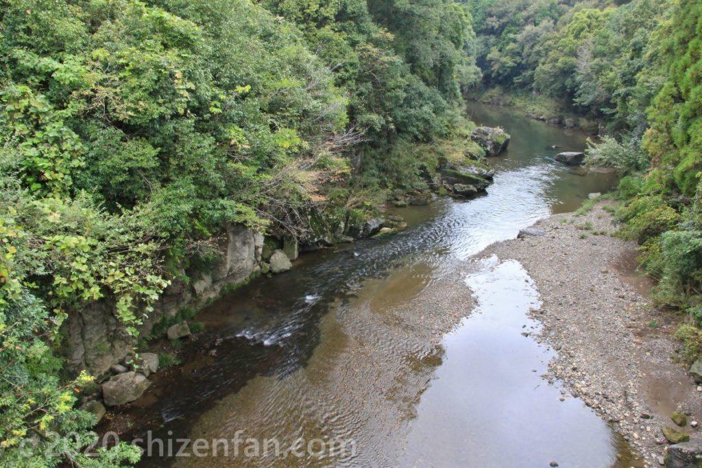 豊後大野・虹潤橋の上から見る三重川