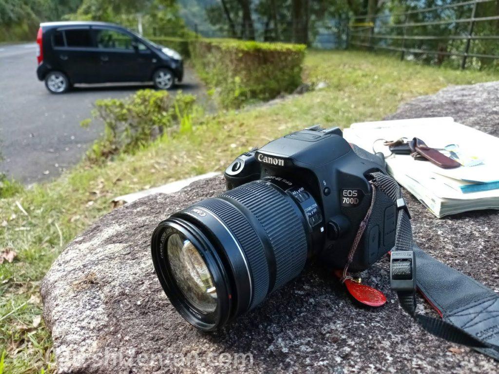 屋外の石の上に置かれた一眼レフカメラ(キャノンのEOS)