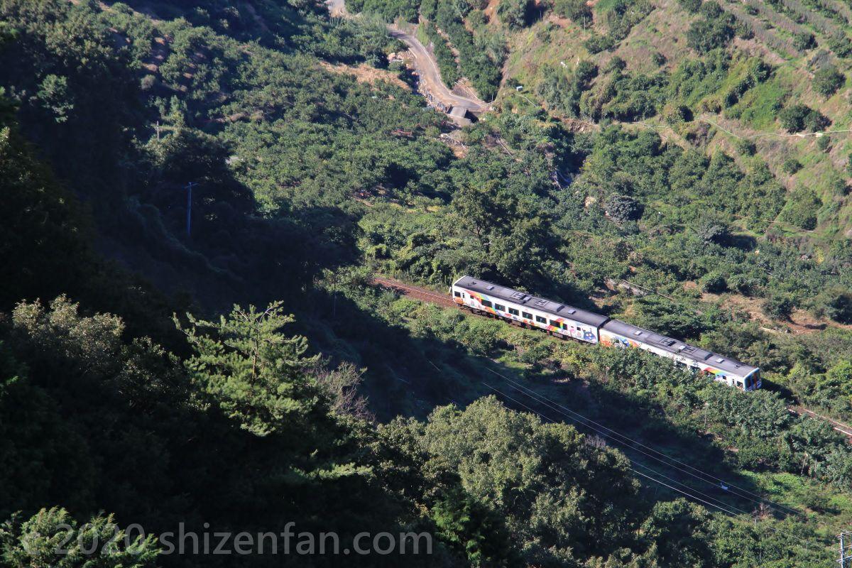 法華津峠から見下ろすJR予讃線のアンパンマン列車