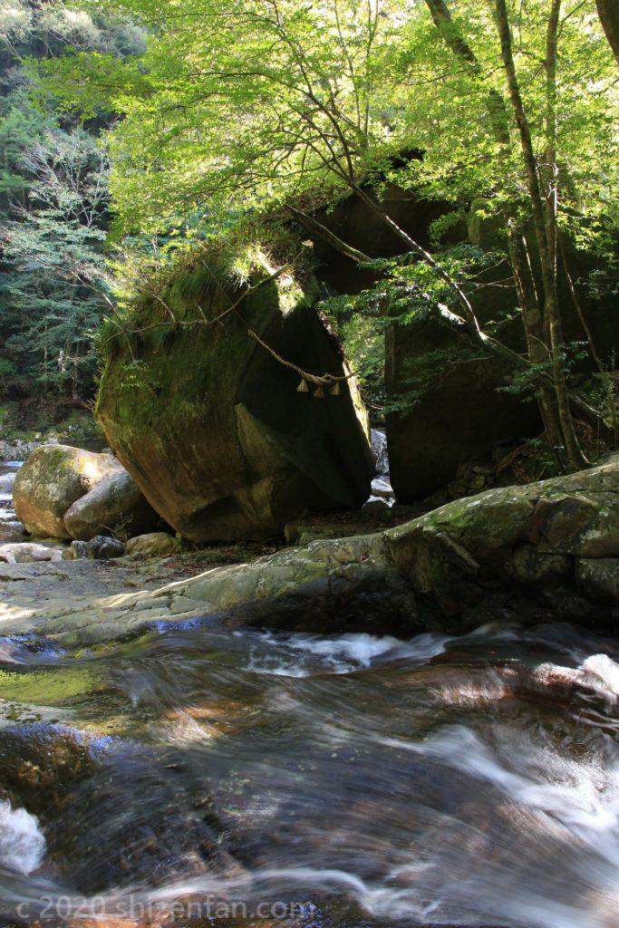 滑床渓谷 真っ二つに割れた巨岩