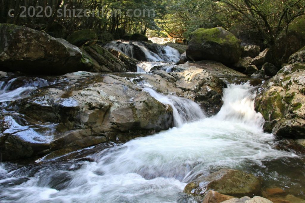 滑床渓谷 勢いよく流れ来る渓流
