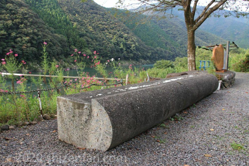 岩間沈下橋の床板ベンチ(落下部の切り取り)