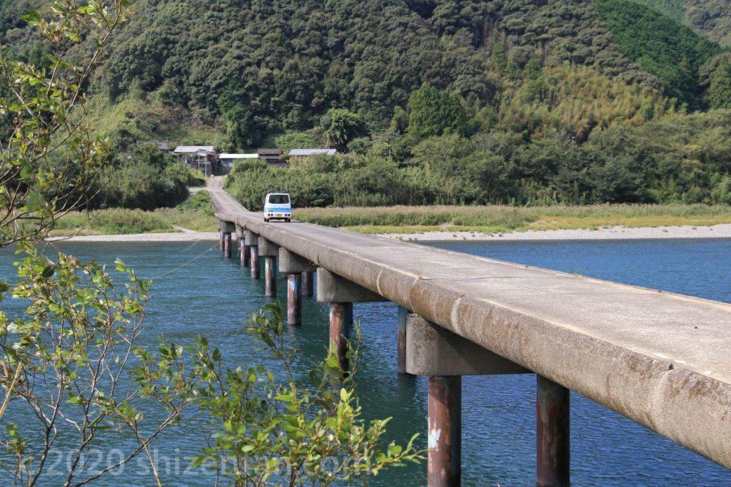 高瀬沈下橋とその上を走る1台の車