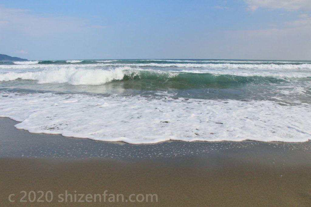 砂浜に迫りくる波(高知県入野海岸)