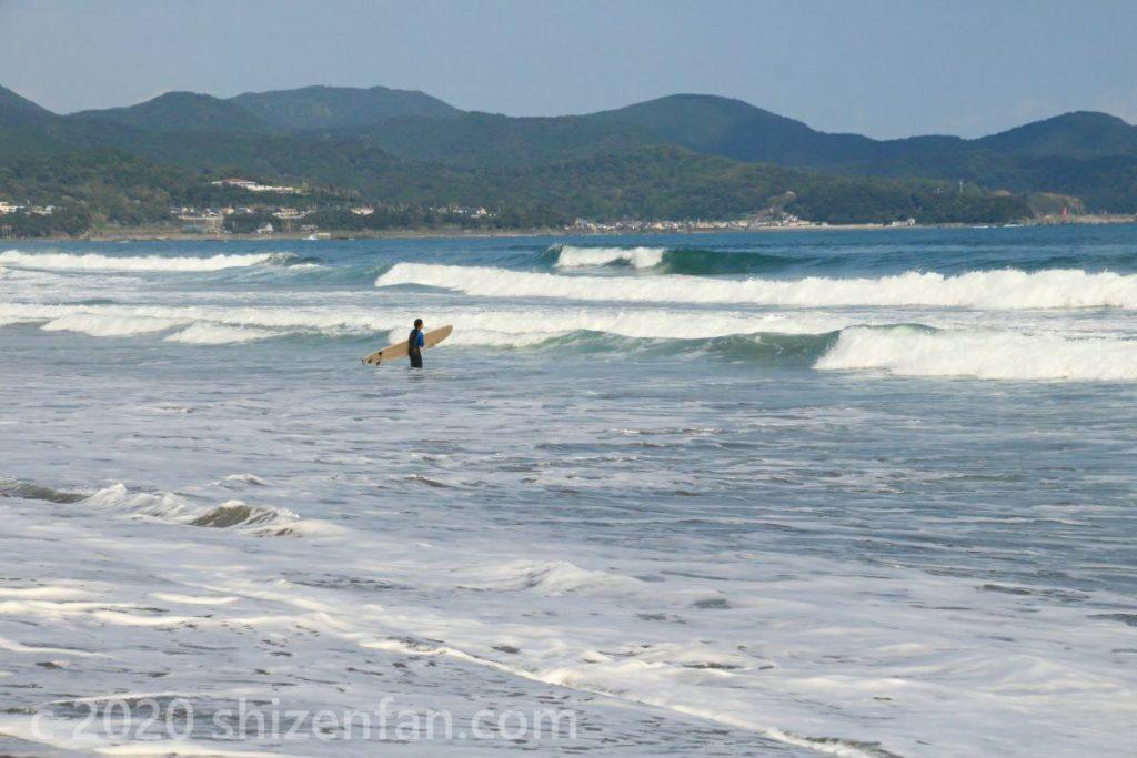 入野海岸で波間に立つ一人のサーファー(高知県)