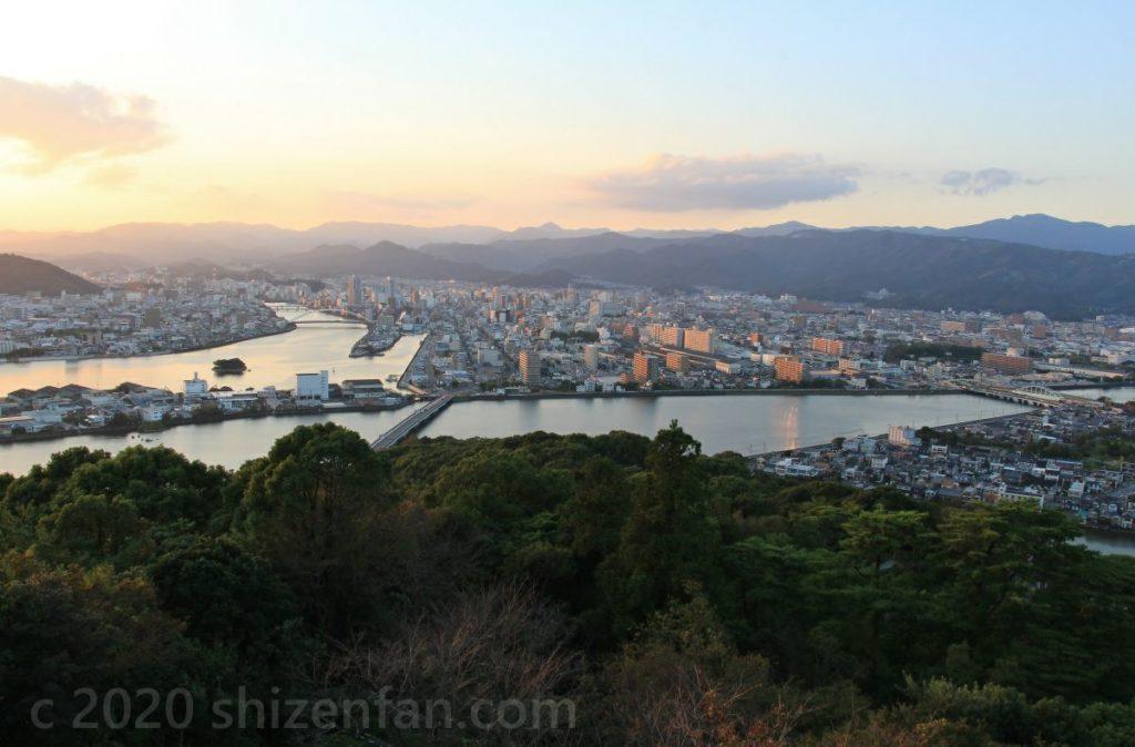 五台山展望台から望む高知市内、国分川、鏡川
