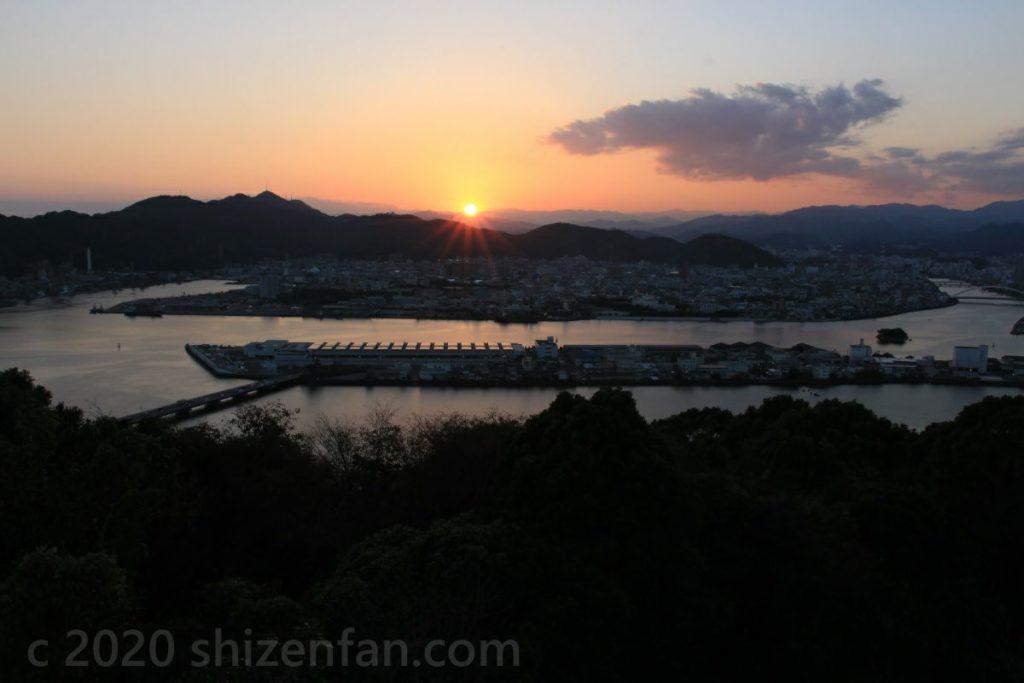 五台山展望台から望む高知市と夕日