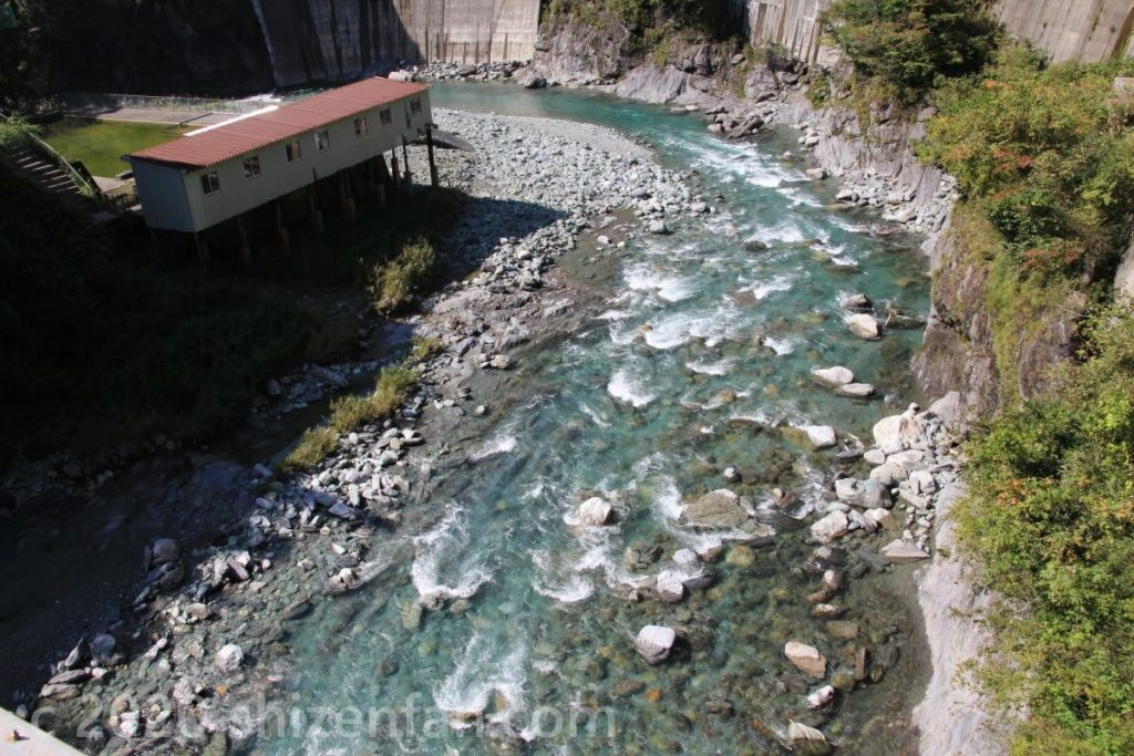 三好市東祖谷のエメラルドグリーンの渓流