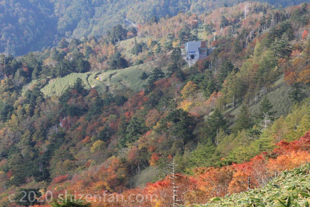 徳島・剣山の下山中に見下ろすロープウェー山頂駅