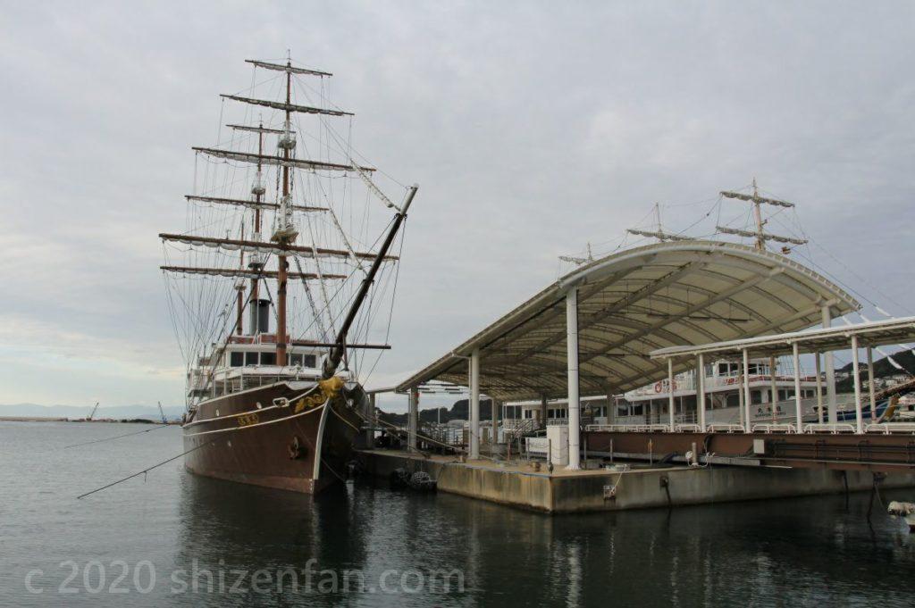 道の駅福良の港に停泊したクルーズ船(うずしおクルーズ)