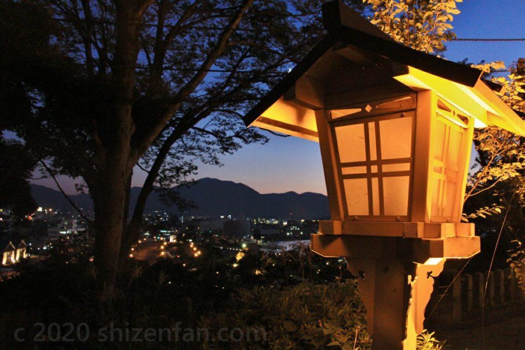 灯りの点った敦賀金崎宮の燈籠