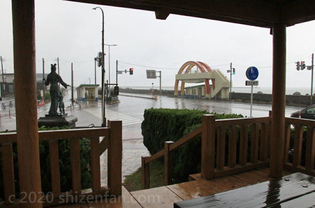 糸魚川バイパス沿い 駅前海望広場の東屋から見る海望展望台