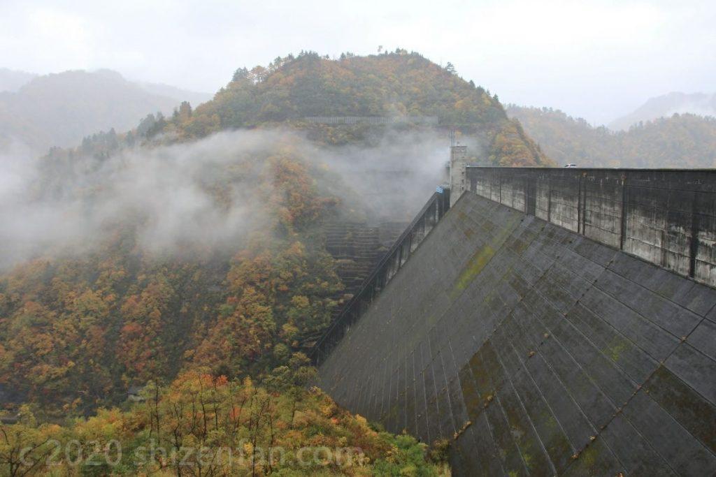 雨の奥只見ダム