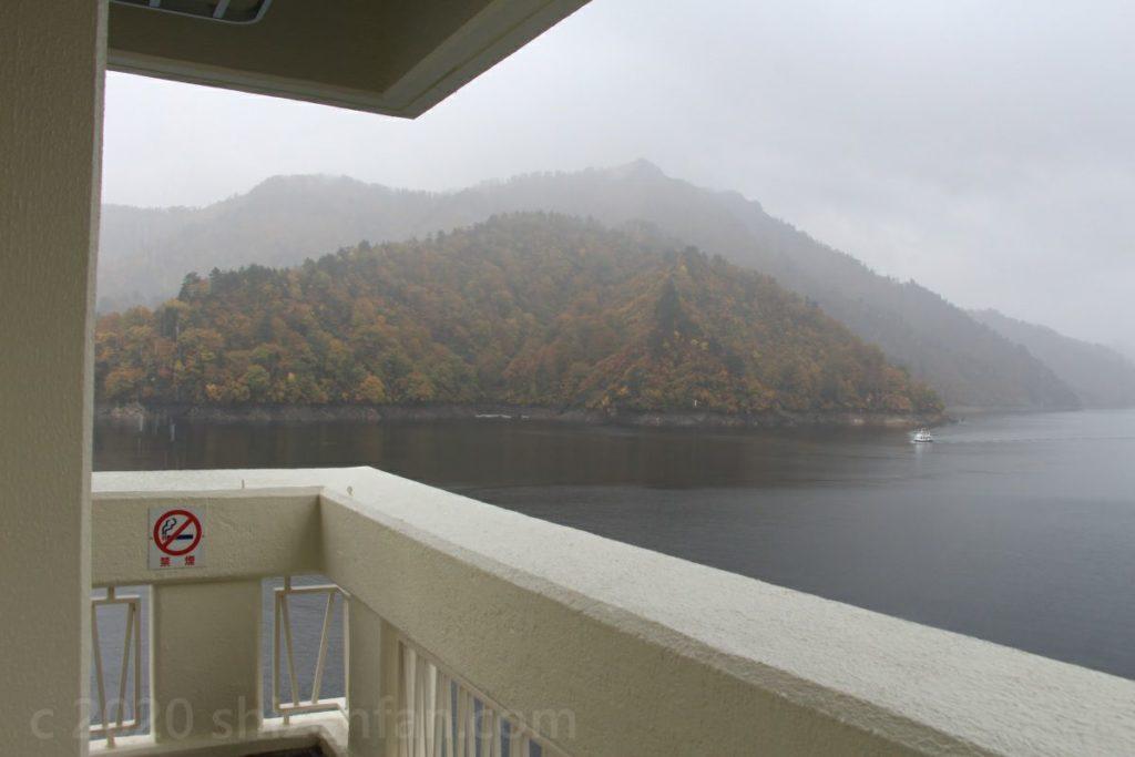 奥只見湖遊覧船乗り場2階展望台の様子
