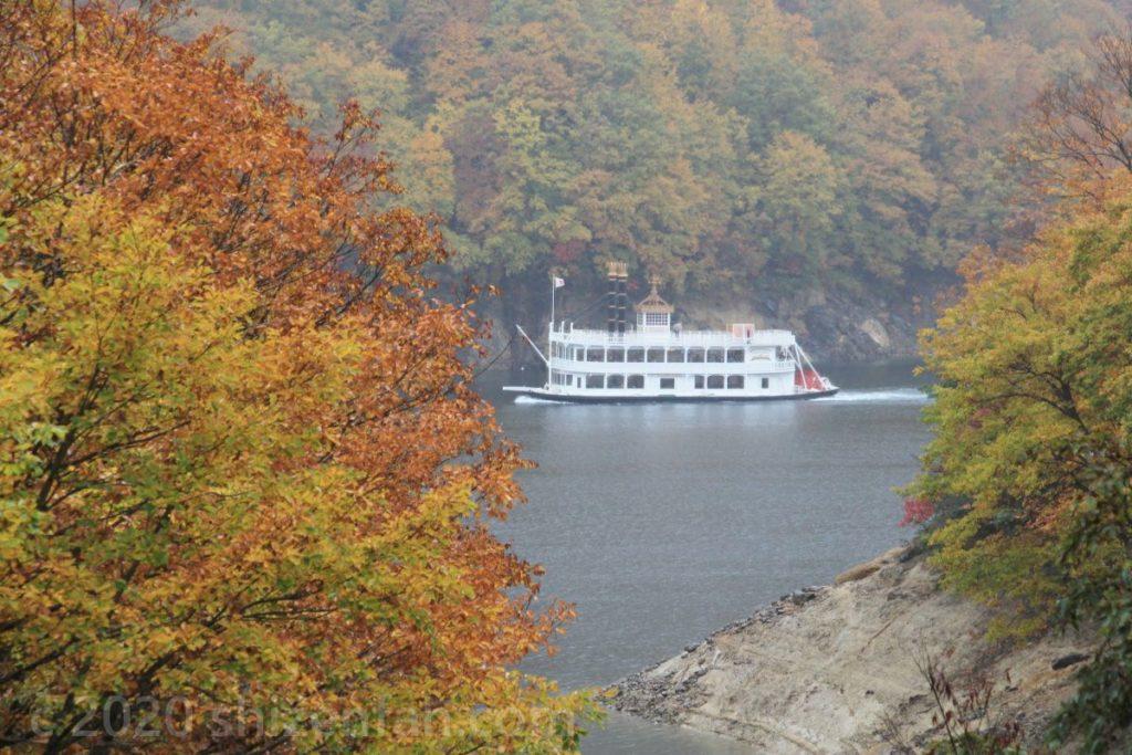 秋の奥只見湖と遊覧船