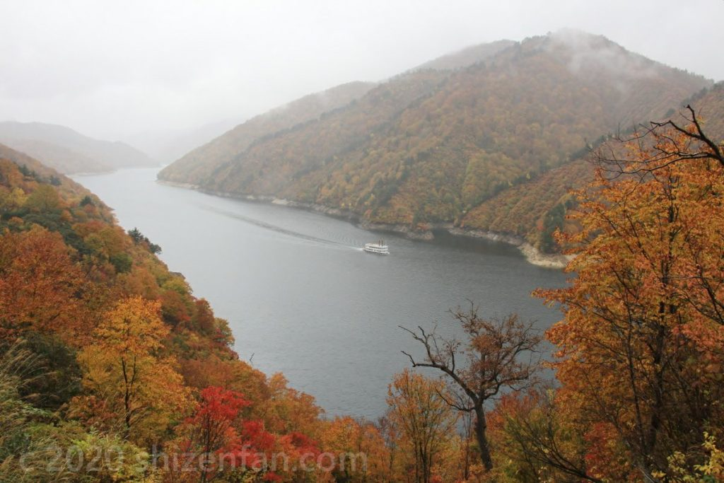 紅葉する木々と奥只見湖