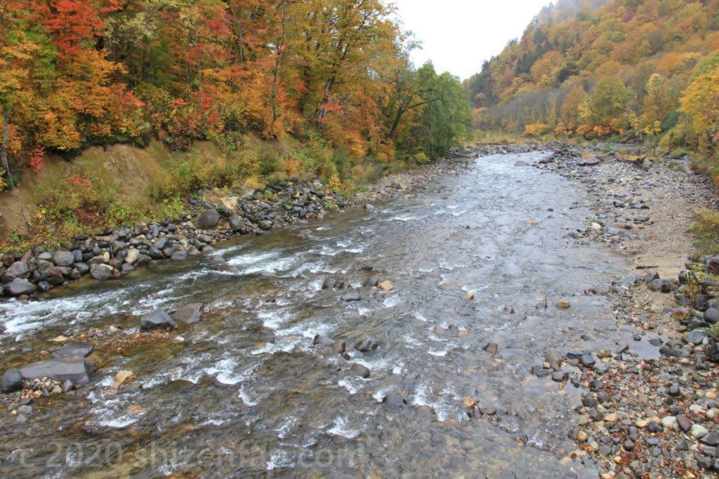 秋の只見川上流(福島と新潟の県境・金泉橋より)