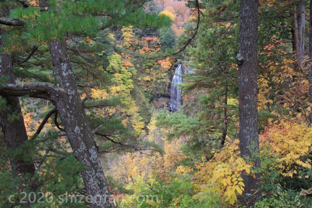 紅葉期のモーカケの滝 引き