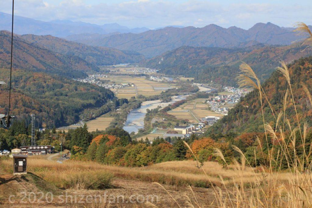 秋の会津高原南郷スキー場から望む伊南川