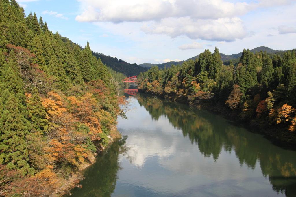 高清水橋の上からの風景(只見川と赤い橋)