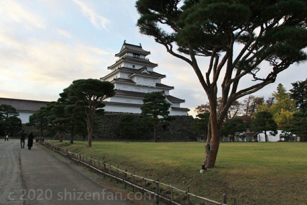 夕暮れ時の鶴ヶ城(会津若松城)と松の木