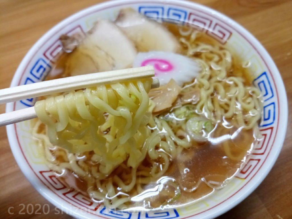 箸で麺をあげた喜多方ラーメン(河京猪苗代店)