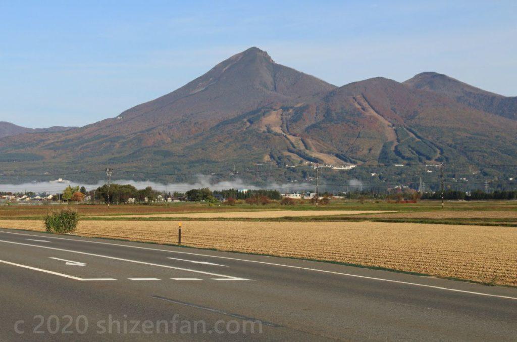 朝靄残る秋の磐梯山