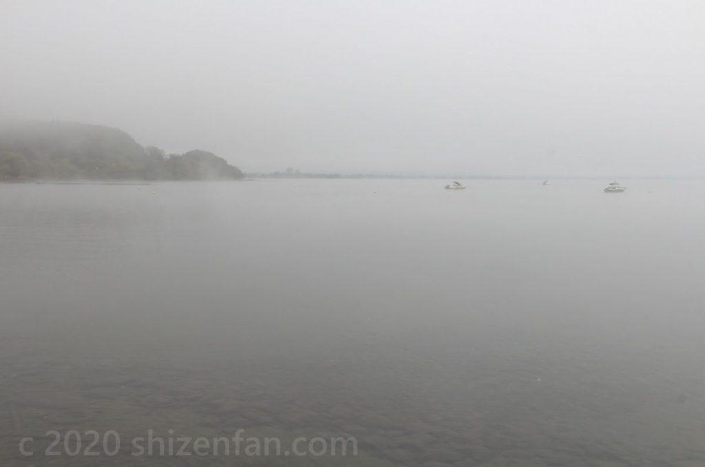 霧に覆われた猪苗代湖(長浜)