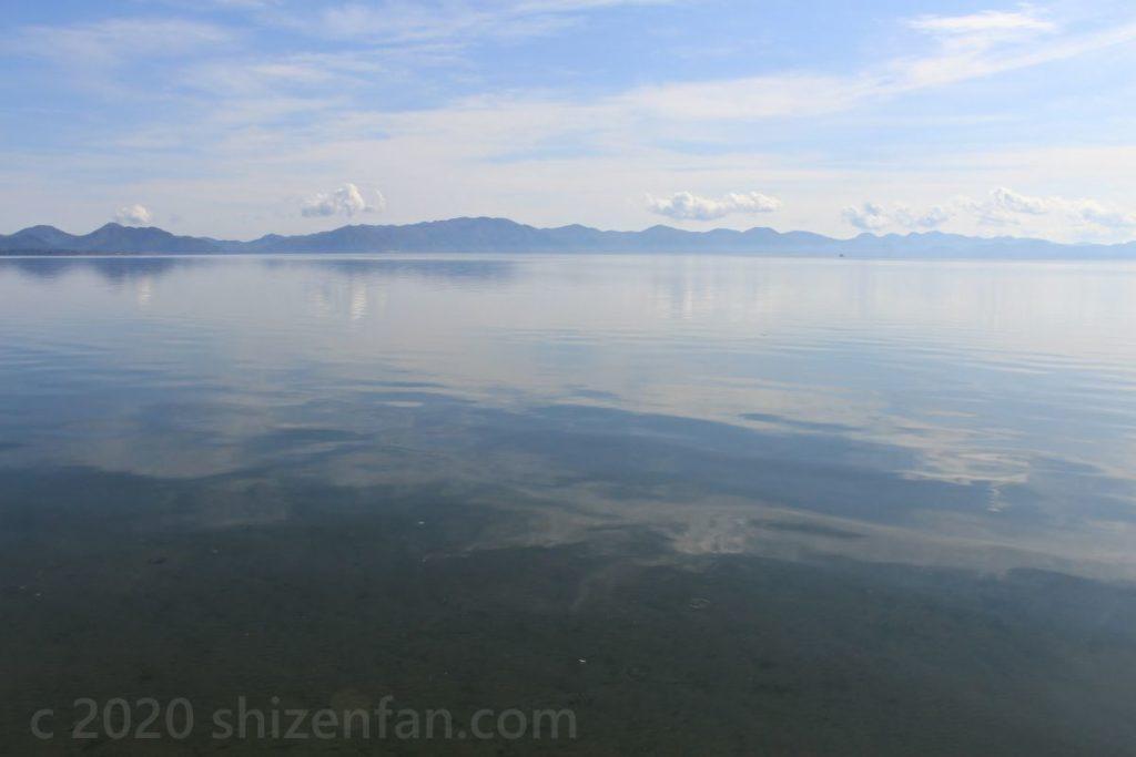 秋の青空と雲を柔らかく映し出す猪苗代湖(長浜)