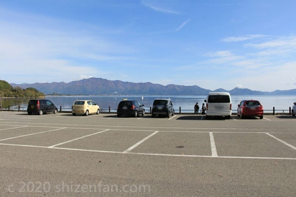 猪苗代湖と秋の青空と長浜駐車場