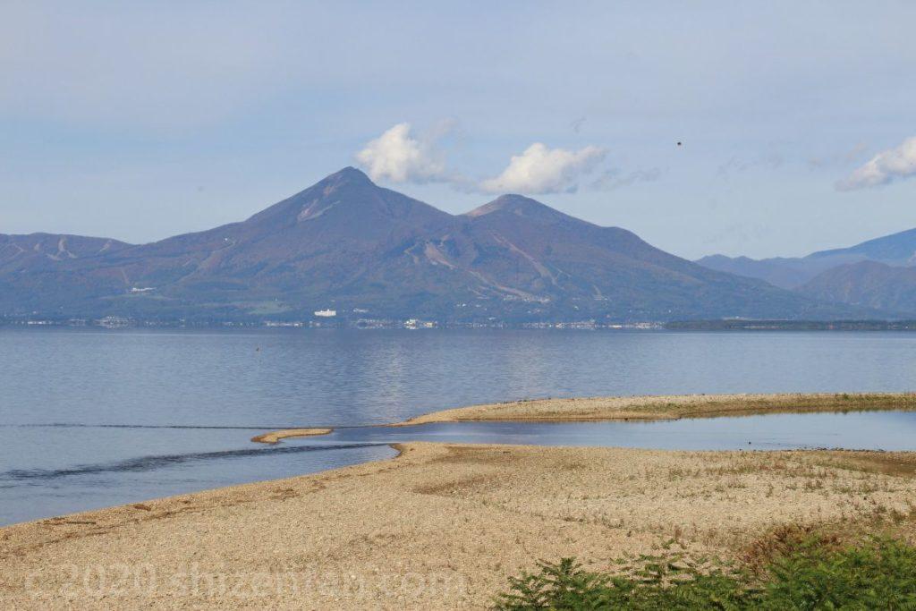 猪苗代湖・舟津浜から望む磐梯山