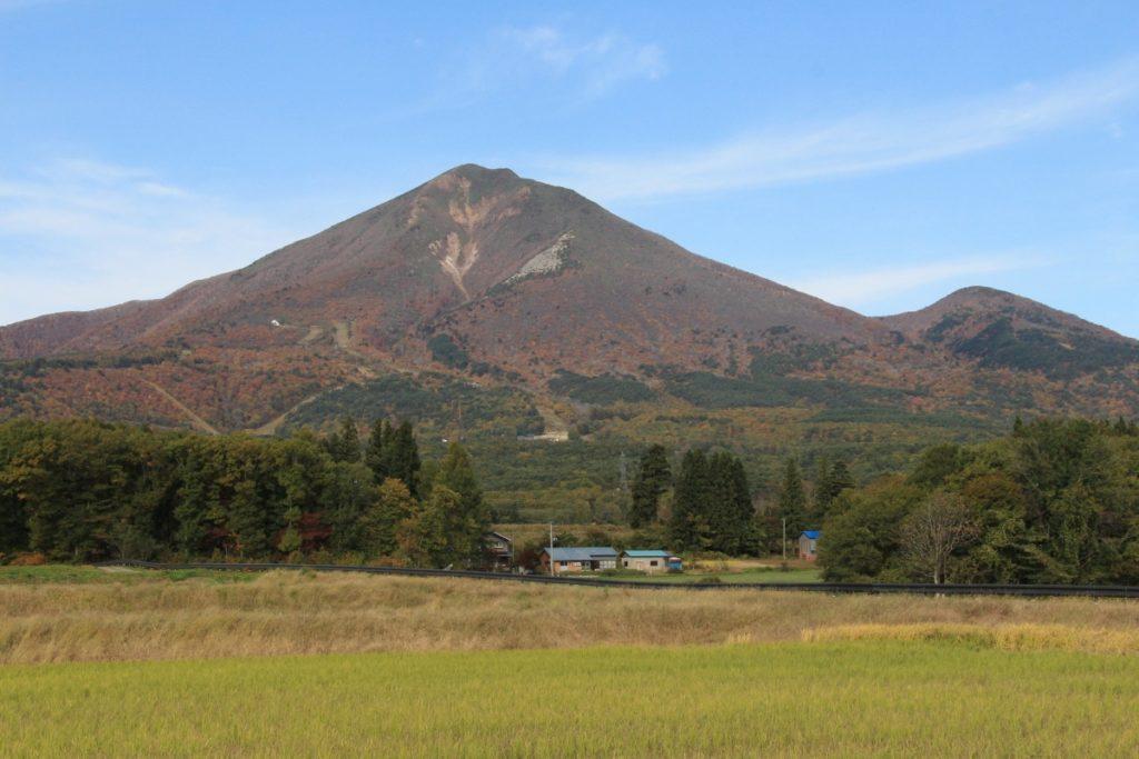 磐梯山眺望箇所から望む青空と磐梯山