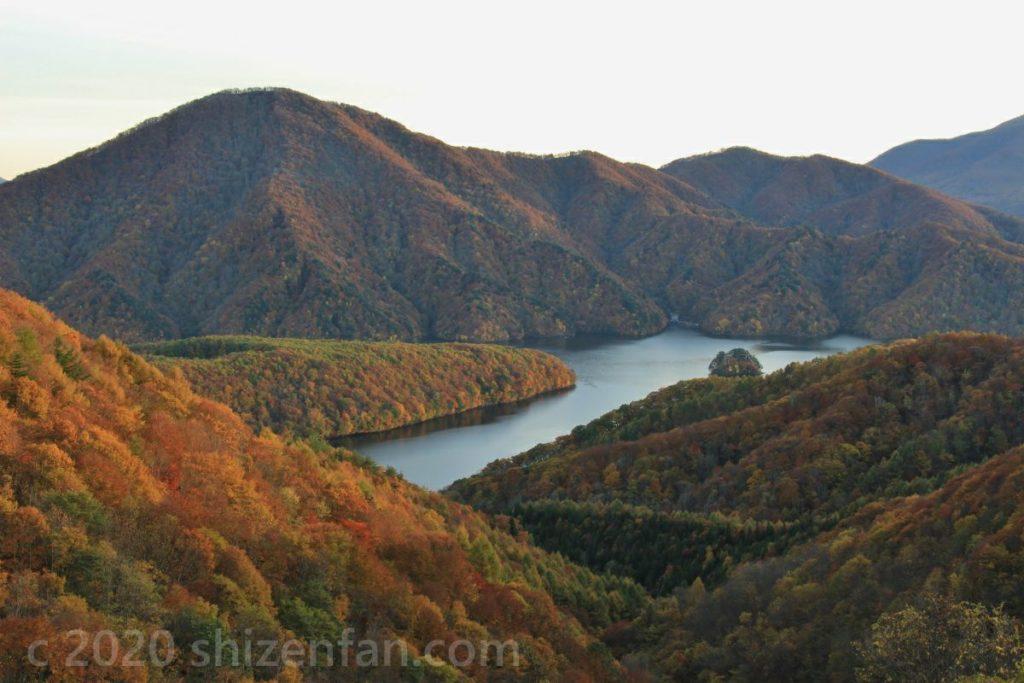レークラインから望む秋元湖(秋の夕暮れ)