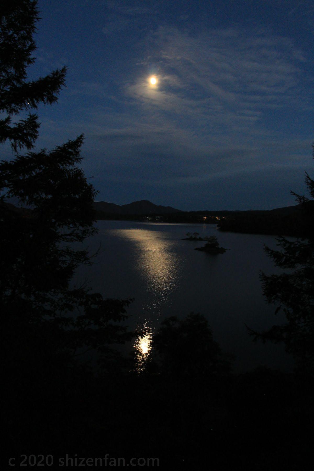 月明かりに照らされる桧原湖