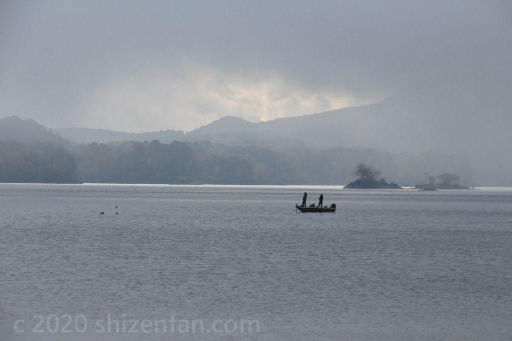 霧の降りた桧原湖に浮かぶ釣り船
